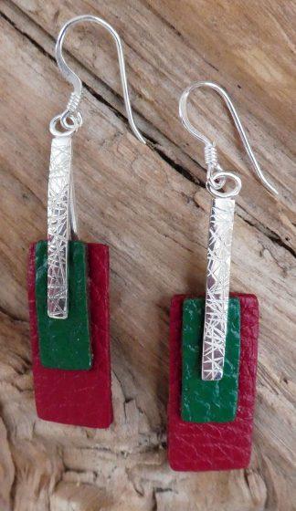 Boucles d'oreille Argent 925 en triangle, martelé lignes et Cuir vert et rouge - Spécial Doudou