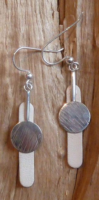 Boucles d'oreille Argent 925, un rond avec une barre vers le dessus et Cuir blanc cassé ovale allongé
