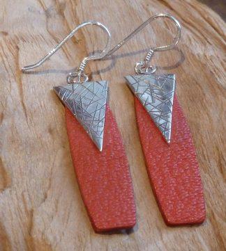 Boucles d'oreille Argent 925 en triangle inversé, avec des gravures en lignes croisées et Cuir rosé