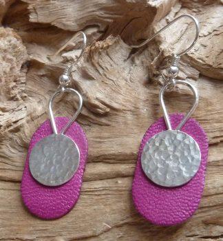 Boucles d'oreille Argent 925 forme rond avec un fil en goutte inversé au dessus et Cuir rose, forme ovale