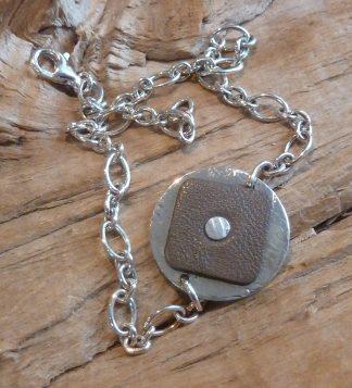 Bracelet Argent 925 rond, martelé vagues et Cuir taupe carré. Chaîne avec les ovaux