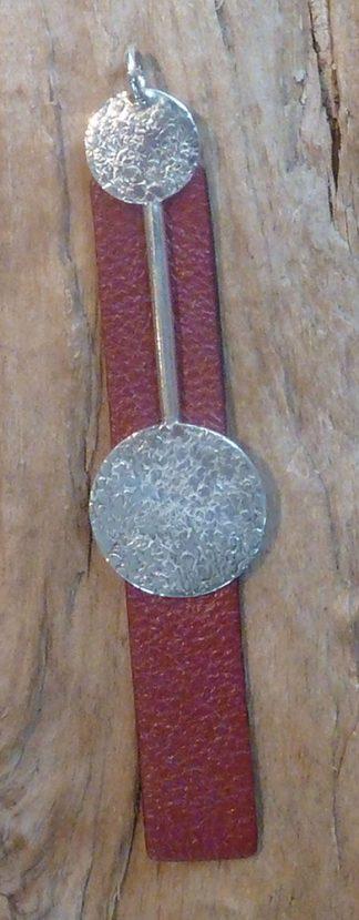 Pendentif Argent 925 deux ronds reliés par une barre et Cuir bordeau en rectangle long, martelé pois