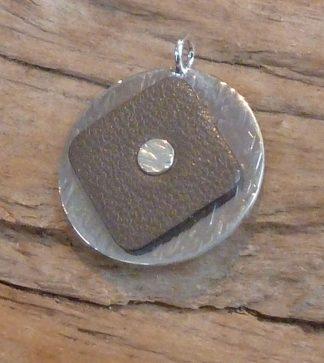 Pendentif Argent 925 rond martelé vagues et Cuir taupe carré