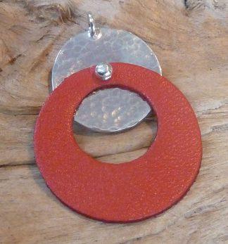 Pendentif Argent 925 rond, martelé bouterolle et Cuir rouge en anneau