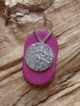 Pendentif Argent 925 forme ronde avec un fil en forme de goutte inversé au dessus et Cuir rose, forme ovale