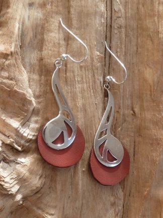 Boucles d'oreille en argent découpé, en forme de goutte et Cuir rouge rond, brillant