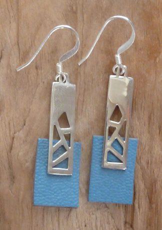Boucles d'oreille en argent découpé, en rectangle et cuir bleu clair