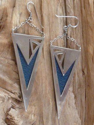 Boucles d'oreille en argent découpé, en triangle inversé et cuir bleu marine