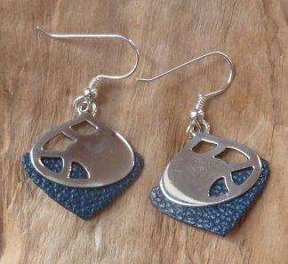 Boucles d'oreille en argent découpé, forme goutte et cuir bleu marine triangle inversé