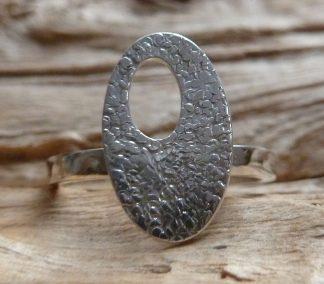 Bague Argent 925 ovale avec une découpe ovale, martelé pois