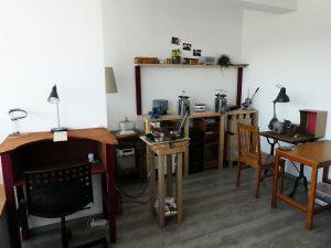 Atelier de bijoutier. Espace de fonte, laminoir et outils divers et polisseuse