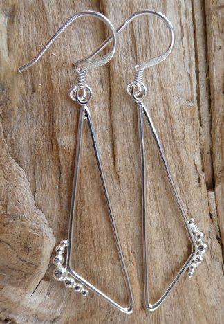 Boucles d'oreille en fil d'Argent 925 forme triangle de côté et perles d'argent