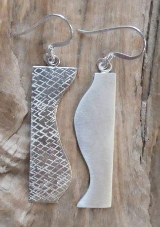 Boucles d'oreille Argent 925, forme rectangle coupée en deux par une belle triple courbe - Martelé Hachuré, brillant et mat
