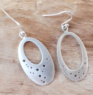 Boucles d'oreille Argent 925, formes ovales, avec une découpe ovale à l'intérieur, de taille différentes et des petits trous, mat